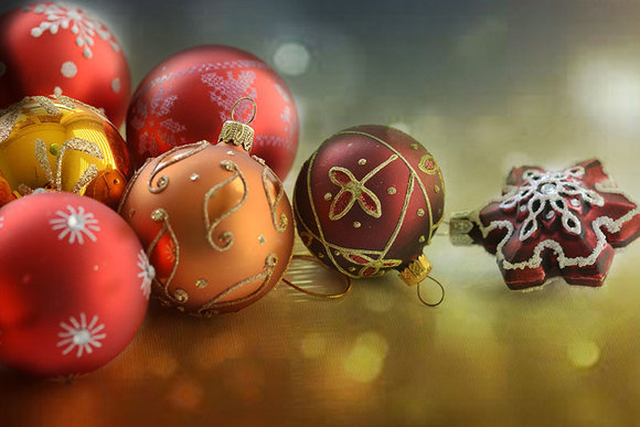 christmas tree baubles in red, burgundy, gold and copper