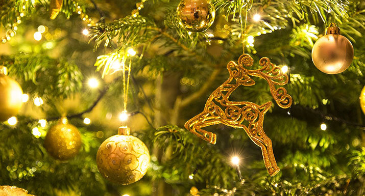 christmas tree with lights and gold decorations - Best Way To Put Lights On A Christmas Tree