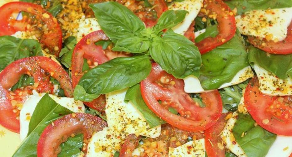 Basil salad with tomatoes and mozzarella cheese