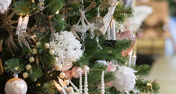 Artificial christmas tree decorated in white, oyster, rose and cream