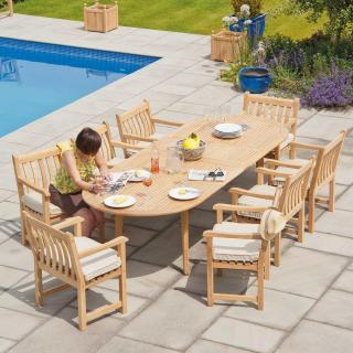 A versatile extending set with spacious armchairs for family occasions or parties.