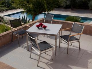 The Barlow Tyrie Equinox 4 Seater 90cm Dining Set will cater for your needs time and time again.