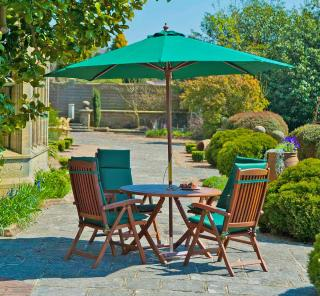 This 4 seat set is easy to store with its folding garden table & recliner chairs.