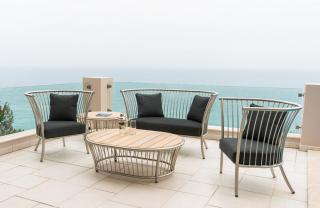 This stunning stainless steel lounge set with a straight top comes with a choice of cushion colours & has a Roble tabletop.