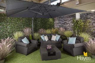This parasol special offer includes a cantilever parasol, 90kg wheeled base & protective cover.