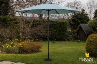 This 3m crank & tilt parasol comes in a range of colours & includes a 15kg parasol base.
